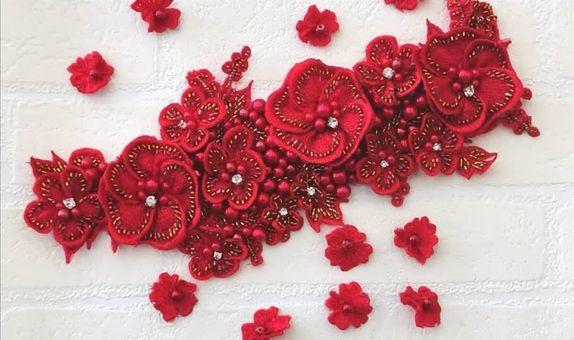 Corsage Kimaya dan taburan bunga kecil
