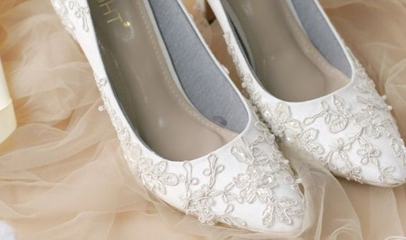 Sepatu Wedding Pointed Brukat Putih