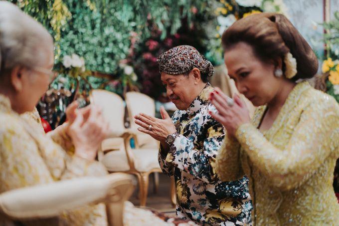Javanese Traditional Wedding Theme at Dharmawangsa Hotel by Terralogical - 015