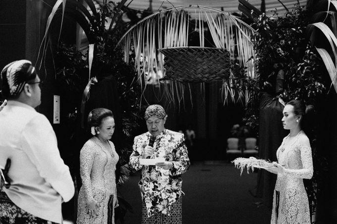 Javanese Traditional Wedding Theme at Dharmawangsa Hotel by Terralogical - 017