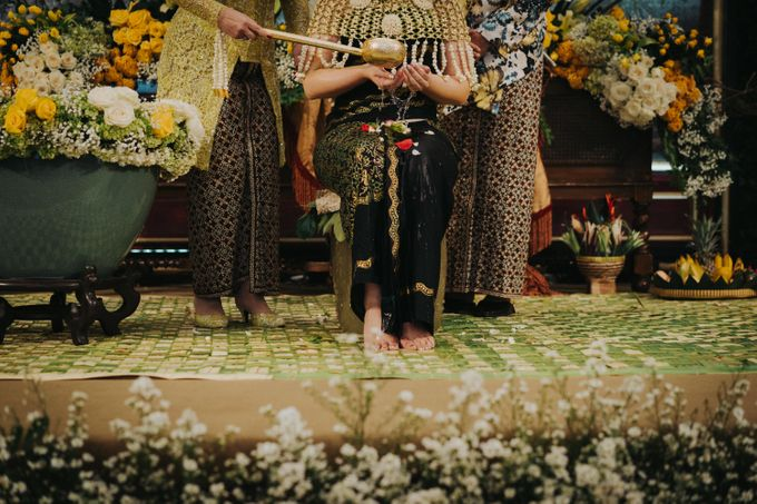 Javanese Traditional Wedding Theme at Dharmawangsa Hotel by Terralogical - 024