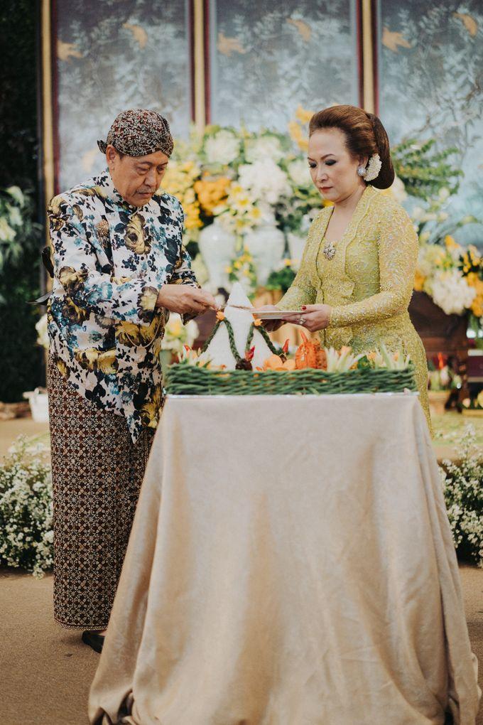 Javanese Traditional Wedding Theme at Dharmawangsa Hotel by Terralogical - 028