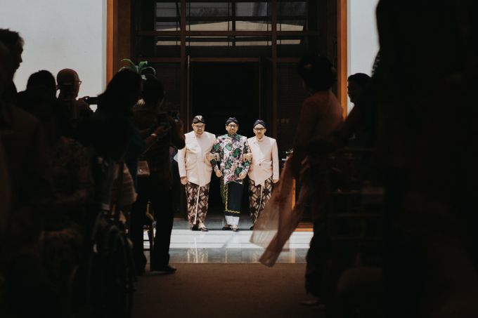 Javanese Traditional Wedding Theme at Dharmawangsa Hotel by Terralogical - 030