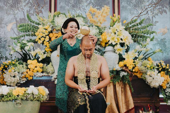 Javanese Traditional Wedding Theme at Dharmawangsa Hotel by Terralogical - 035