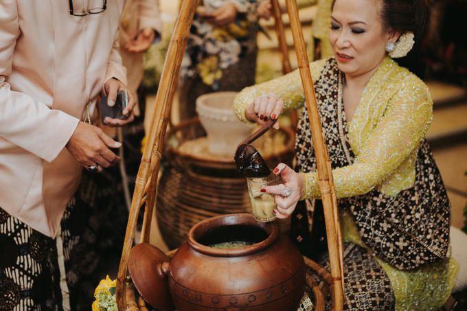 Javanese Traditional Wedding Theme at Dharmawangsa Hotel by Terralogical - 041