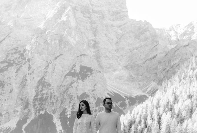 Lago di Braies Pre Wedding Couple Shoot - the most beautiful lake of Dolomites in Italy. by Fotomagoria - 003