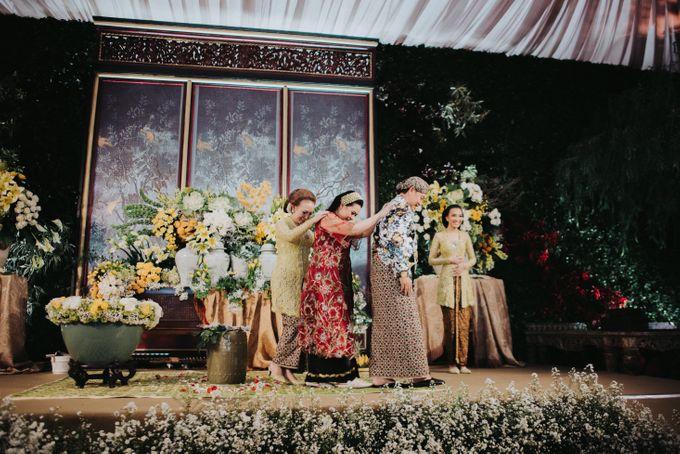 Javanese Traditional Wedding Theme at Dharmawangsa Hotel by Terralogical - 027