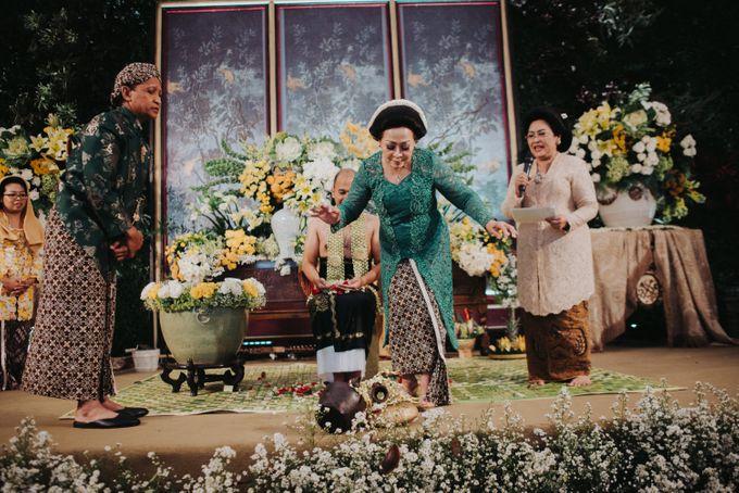 Javanese Traditional Wedding Theme at Dharmawangsa Hotel by Terralogical - 044