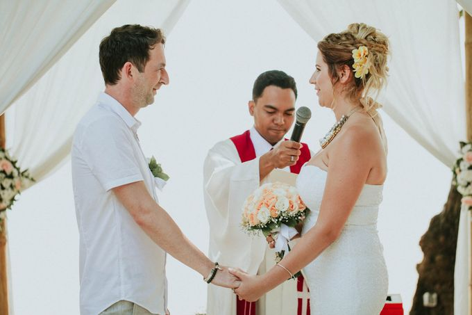 Romantic beach front wedding of Allan & Emma by Ario Narendro Photoworks - 023