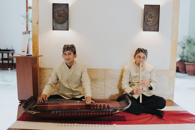 Javanese Traditional Wedding Theme at Dharmawangsa Hotel by Terralogical - 038