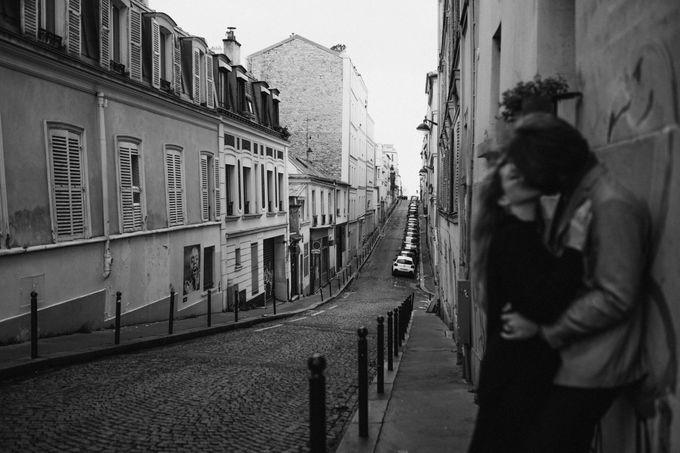 Intimate Couple Photoshoot In Paris by Février Photography | Paris Photographer - 006