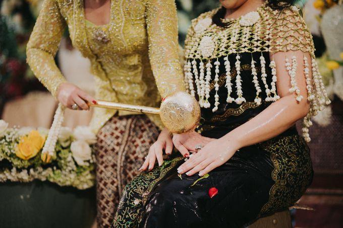 Javanese Traditional Wedding Theme at Dharmawangsa Hotel by Terralogical - 025