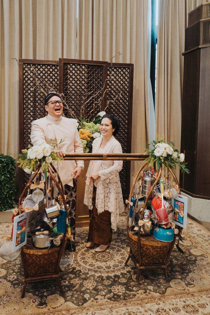 Javanese Traditional Wedding Theme at Dharmawangsa Hotel by Terralogical - 047