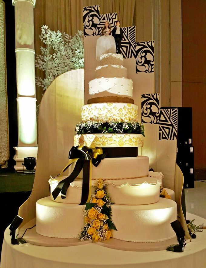 Wedding cake by Patisserie des Merveilles by Patisserie des Merveilles - 001