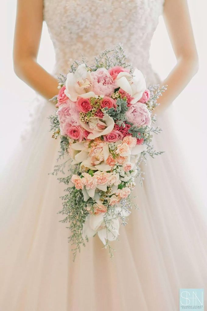 Bride and Bouquet by Flowers and Beyond by Aris Chua - 008