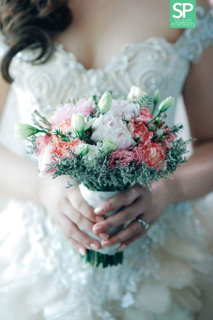 Bride and Bouquet by Flowers and Beyond by Aris Chua - 002