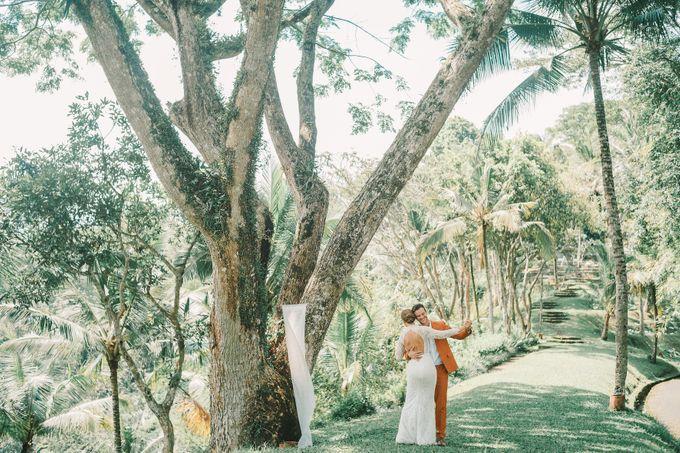 Pernikahan dengan tema ramah lingkungan, dengan keluarga dan teman dekat ditambah dengan dekorasi yang selaras dengan alam membuat pernikahan ini spec by AVAVI BALI WEDDINGS - 041