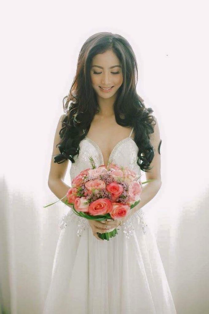 Bride and Bouquet by Flowers and Beyond by Aris Chua - 004