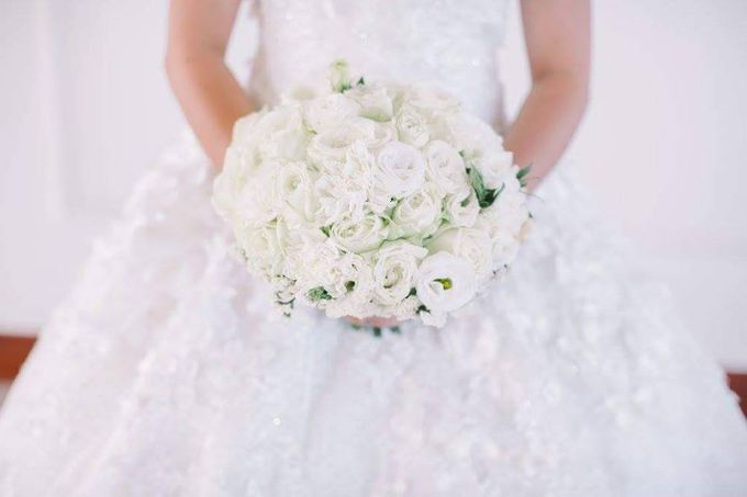 Bride and Bouquet by Flowers and Beyond by Aris Chua - 001