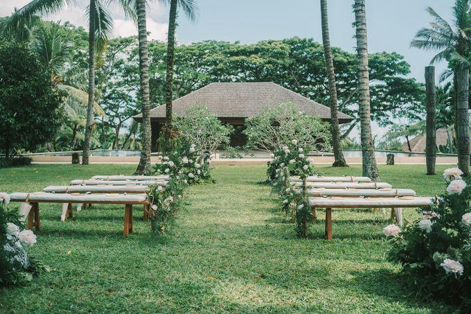Pernikahan dengan tema ramah lingkungan, dengan keluarga dan teman dekat ditambah dengan dekorasi yang selaras dengan alam membuat pernikahan ini spec by AVAVI BALI WEDDINGS - 039