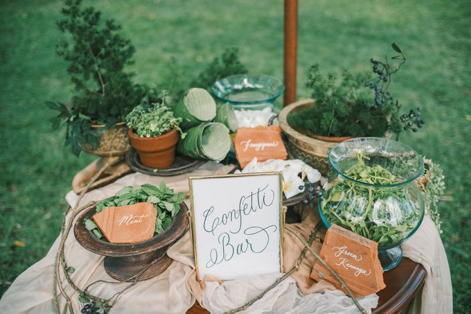 Pernikahan dengan tema ramah lingkungan, dengan keluarga dan teman dekat ditambah dengan dekorasi yang selaras dengan alam membuat pernikahan ini spec by Atelier Plum - 005