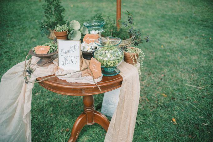 Pernikahan dengan tema ramah lingkungan, dengan keluarga dan teman dekat ditambah dengan dekorasi yang selaras dengan alam membuat pernikahan ini spec by Atelier Plum - 004