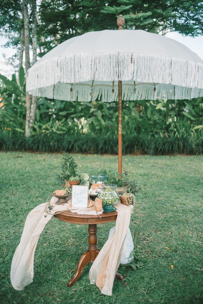 Pernikahan dengan tema ramah lingkungan, dengan keluarga dan teman dekat ditambah dengan dekorasi yang selaras dengan alam membuat pernikahan ini spec by AVAVI BALI WEDDINGS - 035