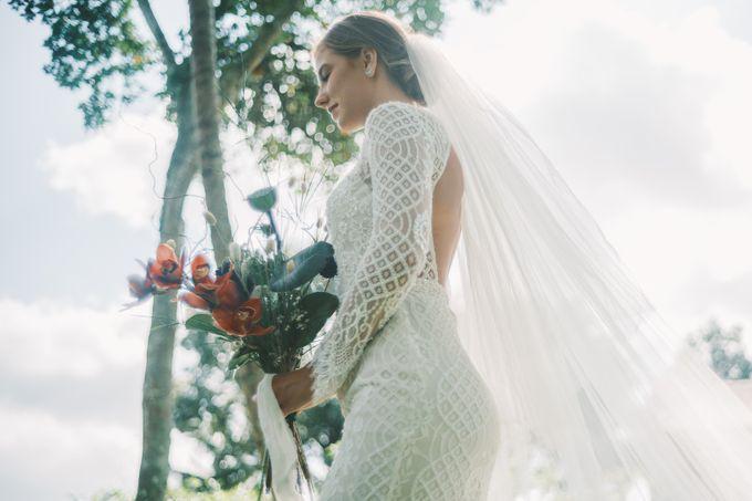 Pernikahan dengan tema ramah lingkungan, dengan keluarga dan teman dekat ditambah dengan dekorasi yang selaras dengan alam membuat pernikahan ini spec by AVAVI BALI WEDDINGS - 032