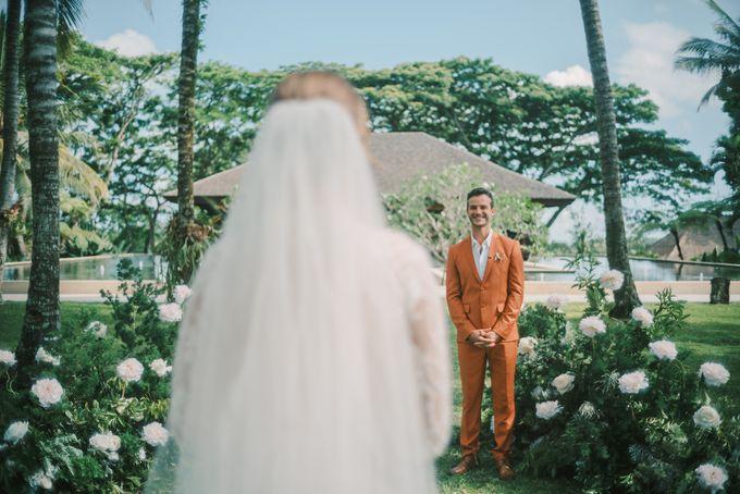 Pernikahan dengan tema ramah lingkungan, dengan keluarga dan teman dekat ditambah dengan dekorasi yang selaras dengan alam membuat pernikahan ini spec by AVAVI BALI WEDDINGS - 031