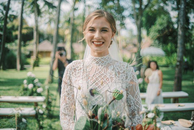Pernikahan dengan tema ramah lingkungan, dengan keluarga dan teman dekat ditambah dengan dekorasi yang selaras dengan alam membuat pernikahan ini spec by AVAVI BALI WEDDINGS - 030