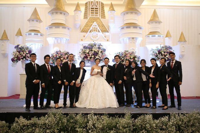 Donovan & Elisabeth Wedding at Menara Mandiri by Catalina Flora - 016