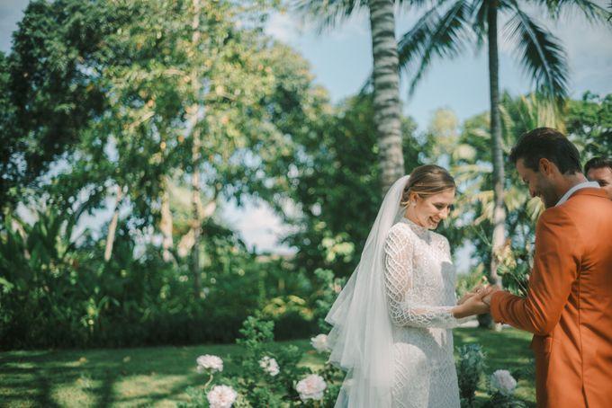 Pernikahan dengan tema ramah lingkungan, dengan keluarga dan teman dekat ditambah dengan dekorasi yang selaras dengan alam membuat pernikahan ini spec by AVAVI BALI WEDDINGS - 023