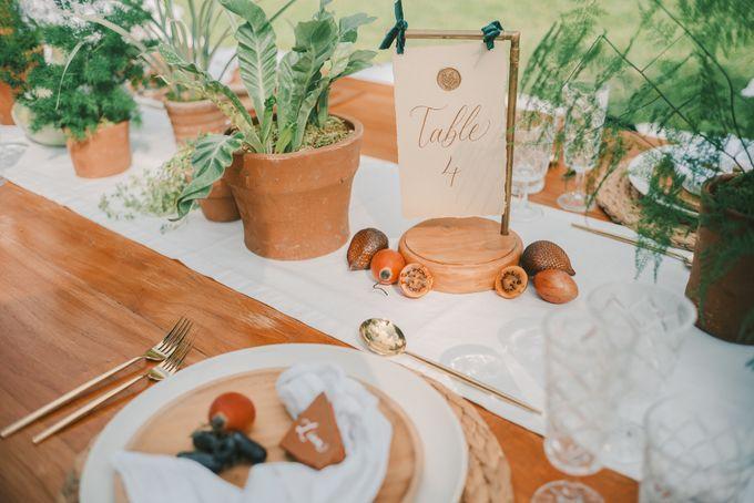 Pernikahan dengan tema ramah lingkungan, dengan keluarga dan teman dekat ditambah dengan dekorasi yang selaras dengan alam membuat pernikahan ini spec by Atelier Plum - 003
