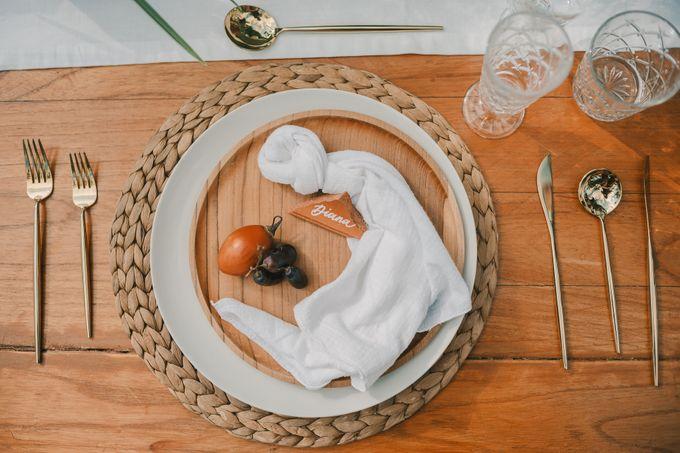 Pernikahan dengan tema ramah lingkungan, dengan keluarga dan teman dekat ditambah dengan dekorasi yang selaras dengan alam membuat pernikahan ini spec by Atelier Plum - 002