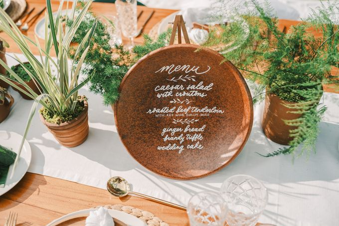 Pernikahan dengan tema ramah lingkungan, dengan keluarga dan teman dekat ditambah dengan dekorasi yang selaras dengan alam membuat pernikahan ini spec by Atelier Plum - 001
