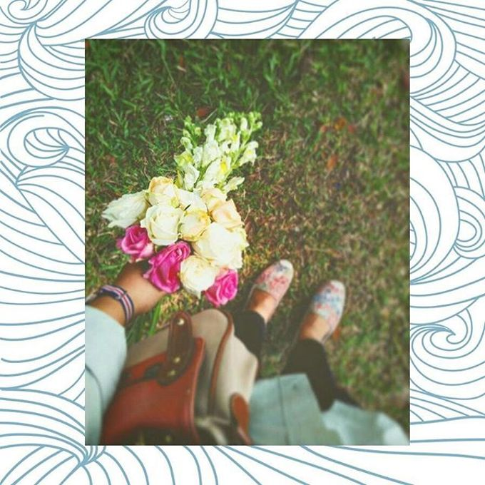 Hand Bouquet For Pre Wedding Photoshoot by Flowpy Florist - 001