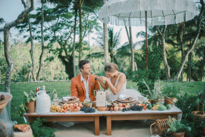 Pernikahan dengan tema ramah lingkungan, dengan keluarga dan teman dekat ditambah dengan dekorasi yang selaras dengan alam membuat pernikahan ini spec by AVAVI BALI WEDDINGS - 005