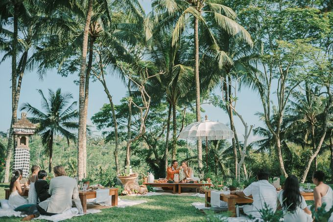 Pernikahan dengan tema ramah lingkungan, dengan keluarga dan teman dekat ditambah dengan dekorasi yang selaras dengan alam membuat pernikahan ini spec by AVAVI BALI WEDDINGS - 004