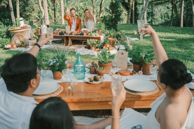 Pernikahan dengan tema ramah lingkungan, dengan keluarga dan teman dekat ditambah dengan dekorasi yang selaras dengan alam membuat pernikahan ini spec by AVAVI BALI WEDDINGS - 003
