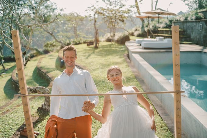 Pernikahan dengan tema ramah lingkungan, dengan keluarga dan teman dekat ditambah dengan dekorasi yang selaras dengan alam membuat pernikahan ini spec by AVAVI BALI WEDDINGS - 002