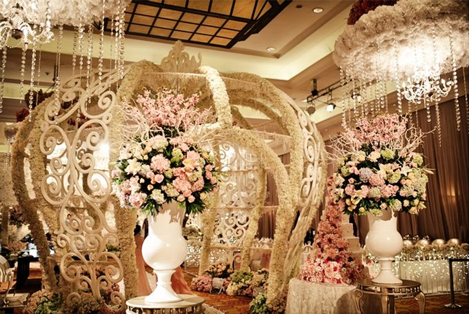 Wedding decorations by jw marriott hotel jakarta for Hotel wedding decor
