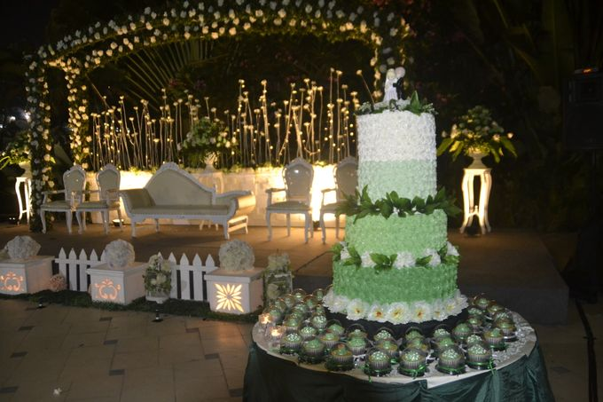 Green & White Wedding Cake & Cupcakes by Diana's Kitchen - 001