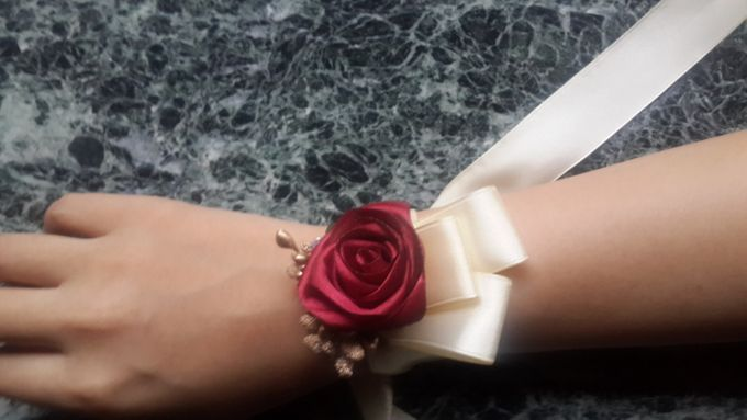 wrist corsages for bridesmaid and close relatives by Letizia Wedding - 001