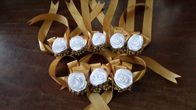 wrist corsages for bridesmaid and close relatives by Letizia Wedding - 003