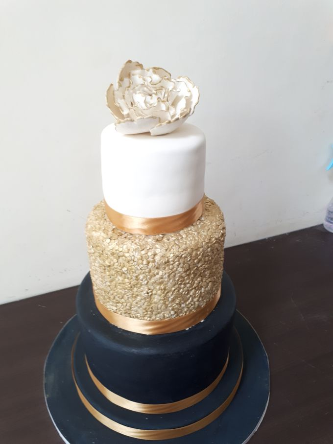 In Black N Gold by Sugaria cake - 001