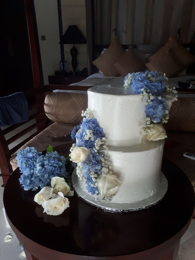 Simply Wedding Cake Ini White And Blue by Sugaria cake - 007