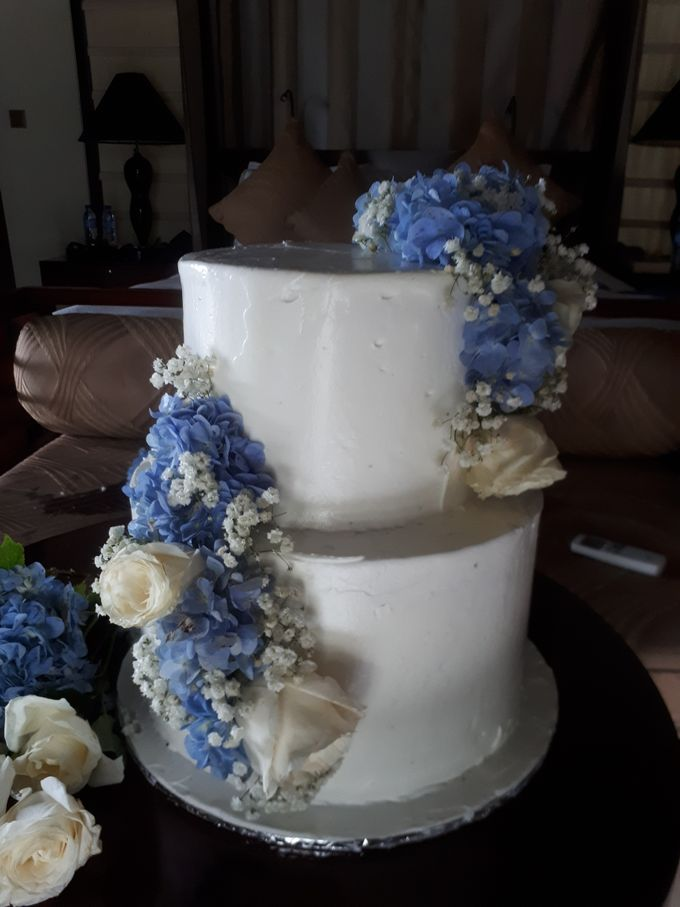 Simply Wedding Cake Ini White And Blue by Sugaria cake - 002