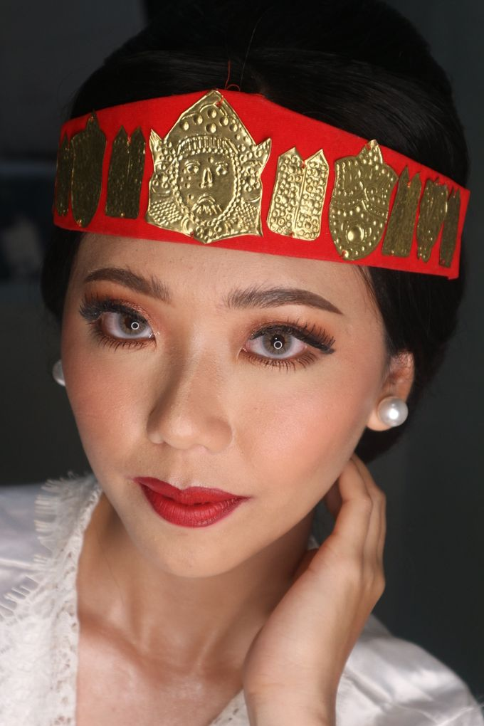Traditional Adat Wedding Makeup Looks by Hana Gloria MUA - 010