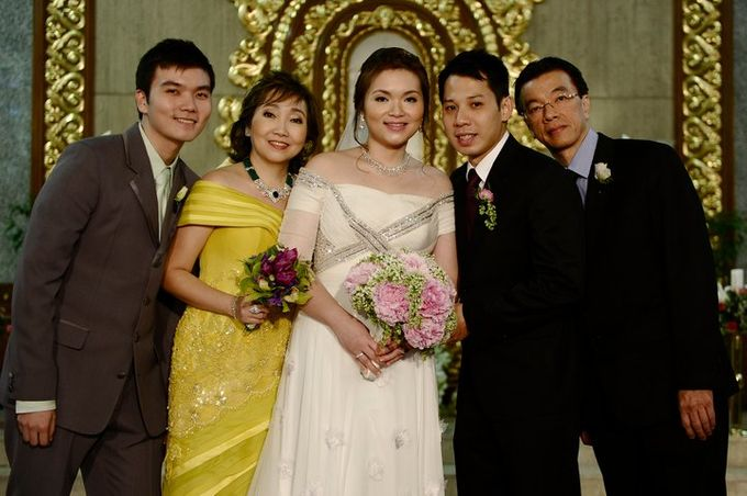 THE BRIDE WITH HER GROOM AND ENTOURAGE by Peter Lim - 002