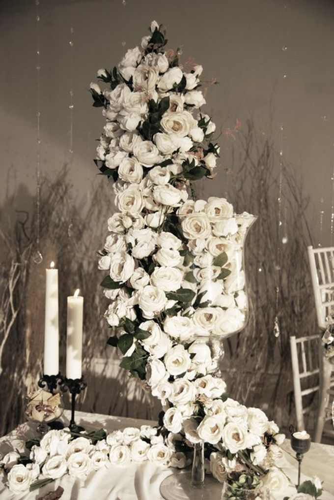 Multitude of white covers a multitude of sins by Tea Rose Wedding Designer - 007